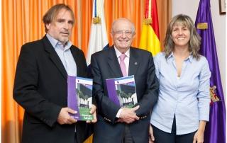 De izquierda a derecha, el representante del Consejo Social Miguel Pérez, el rector, Eduardo Doménech, y la directora de Responsabilidad Social, Inés Ruiz