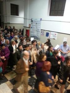 Público delante del puesto de ULL Solidaria, momentos antes de entrar al concierto de Navidad en el Paraninfo.