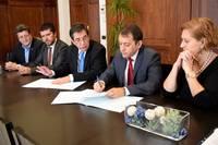 Momento de la firma del convenio entre el rector de la ULL y el alcalde de Santa Cruz. Foto Ayuntamiento de Santa Cruz de Tenerife.