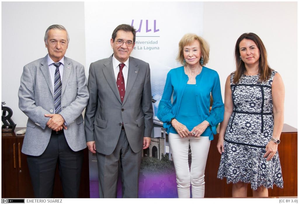 Los representantes de las tres instituciones, tras la firma del convenio.