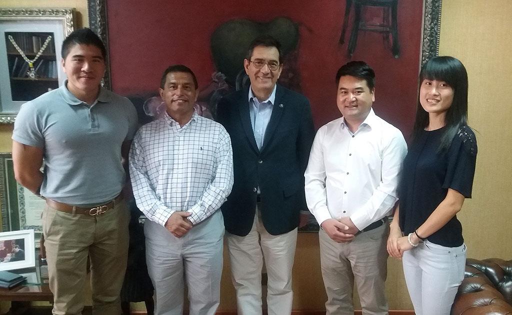 Representantes de la asociación cultural con el rector de la ULL.