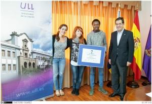 Foto 5. Jóvenes por la diversidad tras recibir su galardón, con el rector.